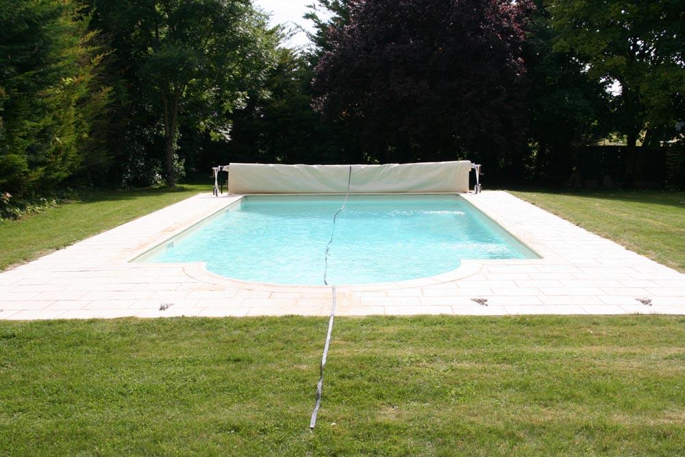 Piscine enfant avec bache conceptions de maison for Bache piscine avec enrouleur