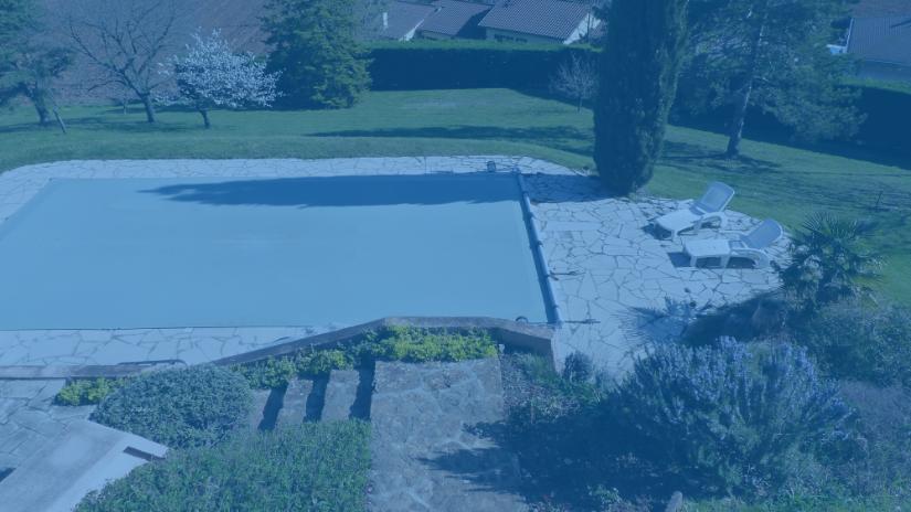 Photo bâche bleue piscine